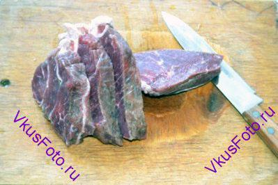 Мясо нарезать на пласты толщиной 1,5-2 см.