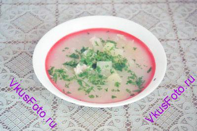 Суп подавать с мелко нарезанной зеленью петрушки.