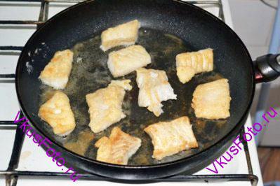 Из филе вынуть косточки и порезать на небольшие кусочки. Обвалять в смеси муки и соли. Обжарить в масле по 5 минут с каждой стороны.