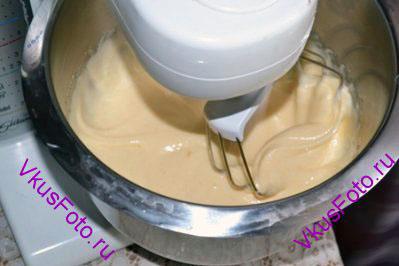 Яйца взбить с сахаром.