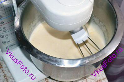 Влить молоко и растопленное масло. Добавить соль.