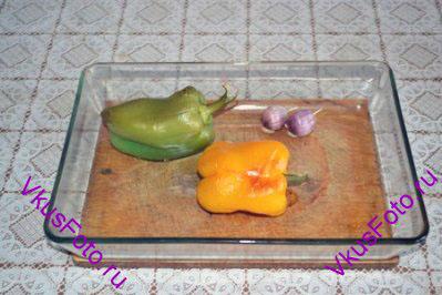 Перцы положить в жаропрочную посуду, полить 1 ст.л. оливкового масла и запечь в духовке в течении 20 минут. За 10 минут до готовности добавить неочищенные зубчики чеснока.