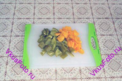 Готовые перцы переложить в полиэтиленовый пакет и завязать. Оставить на 10 минут, после чего очистить  от семян и кожицы. Нарезать на квадраты 2х2 см.