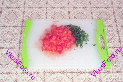 У помидора крестообразно надрезать кожицу и положить в кипяток на 1 минуту. Снять кожицу и нарезать небольшими кубиками. Мелко нарезать петрушку.