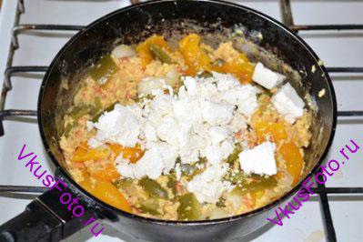Яйца взбить с солью и влить к овощам. Готовить 5 минут, постоянно перемешивая. Брынзу разломать вилкой на мелкие кусочки. Добавить в общую массу и готовить 2 минуты.