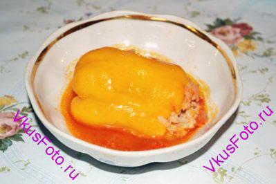 Перцы подавать в горячем виде с бульоном.