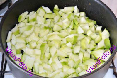 Кабачок очистить от кожуры и семян, порезать и обжарить в масле 5 минут. кабачки вынуть.