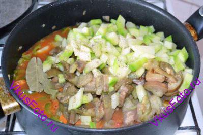 Баклажаны и кабачок добавить к овощам. Приправить солью и перцем. Положить лавровый лист и тушить под крышкой в течении 1 часа.