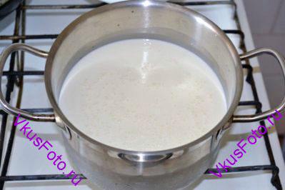 Молоко и сливки влить в кастрюлю. Добавить 4 ст.л. сахара и поставить на огонь. Довести до кипения, но не кипятить.