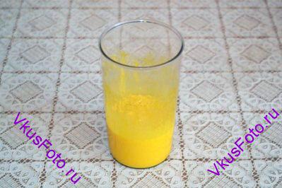 Яичные желтки взбить с оставшимся сахаром.
