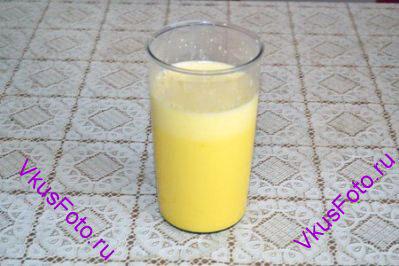 Когда молоко немного остынет, 1 половник молока добавить к яйцам и взбить.