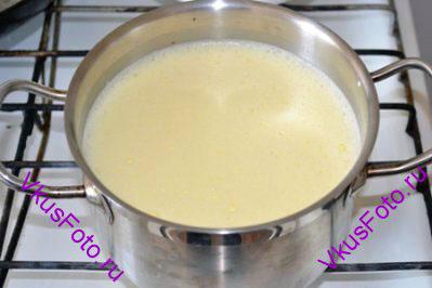 Яично-молочную смесь перелить обратно к молоку и взбить.