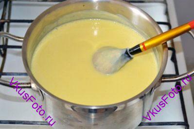 Смесь поставить на плиту и готовить на очень медленном огне, постоянно помешивая. Через несколько минут смесь немного загустеет и станет блестящей. Кастрюлю сразу же снять с огня.
