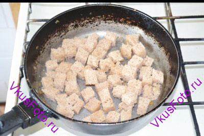 Хлеб порезать на кубики и обжарить на оливковом масле.