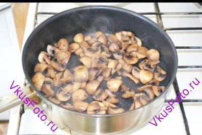 Шампиньоны обжаривать на сковородке до тех пор пока не выпарится выделившаяся жидкость.
