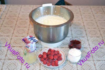 Добавить йогурт, сахарную пудру, лимонный сок, малиновый джем и снова взбить.