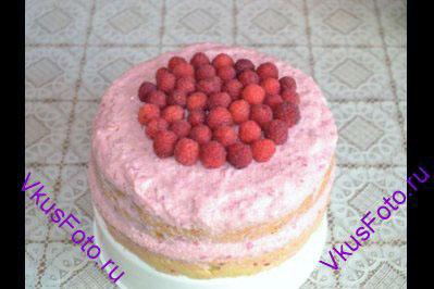 <b>Украшение: </b> На охлажденный торт уложить ягоды малины.