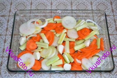 Овощи перемешать, переложить в жаропрочную посуду и сбрызнуть оливковым маслом.