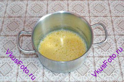 Яйцо взбить с молоком и медом.