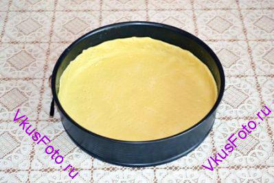 Песочное тесто раскатать в круг размером больше формы на 2-2,5 см со всех сторон. Форма диаметром 26 см. Выстелить форму тестом и наколоть вилкой по всей поверхности. Выпекать в духовке 20 минут при температуре 200 градусов.