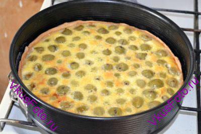 Продолжать выпекать в духовке 40-50 минут, пока пирог не подрумянится.