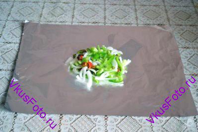 Овощи перемешать, поделить на 4 части. Каждую часть выложить горкой на кусок фольги.