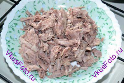 Куриную ножку варить 40 минут, говядину - 1 час. Мясо вынуть из бульона, нарезать соломкой.