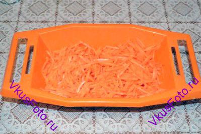 Морковь натереть мелкой соломкой.