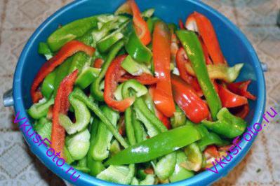 Перцы очистить от плодоножек, семян и перегородок. Нарезать соломкой.