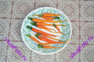 Морковь вынуть из кастрюли и остудить.