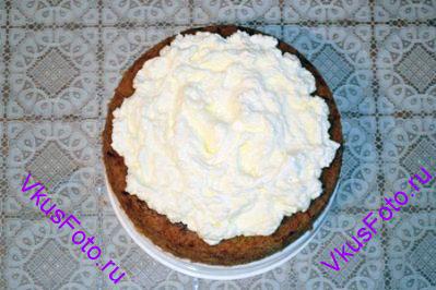На поверхность пирога разложить глазурь из маскарпоне.