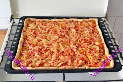 Запекать в духовке при температуре 190 градусов примерно 30 минут, пока тесто не подрумянится.