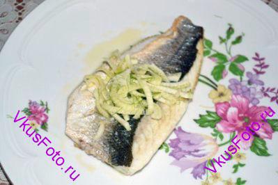 Разложить рыбу по тарелкам, сбрызнуть лимонным соком и украсить нарезанным фенхелем.