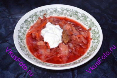 Через 10 минут добавить тушеные овощи, мясо нарезанное кусочками. Довести до кипения. Подавать со сметаной.