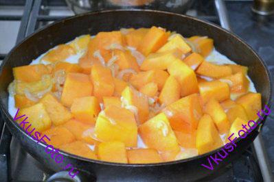 Влить молоко и довести до кипения. Приправить солью и мускатным орехом. Готовить еще 5 минут.