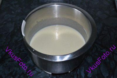 <b>Приготовление коржей:</b> Яйца взбить с сахаром. Добавить сметану и перемешать.