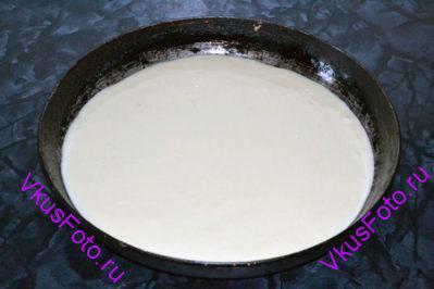 1/3 часть теста вылить в смазанную маслом форму.