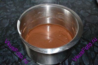 В оставшееся тесто всыпать какао и перемешать.