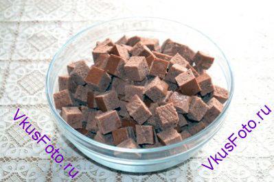 После остывания шоколадного коржа, разрезать его на кубики со стороной 2 см.