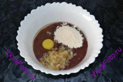 К печени добавить яйцо, муку, обжаренные лук и чеснок, соль и перец.
