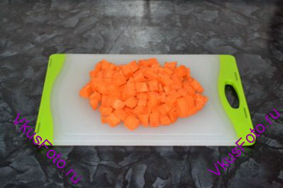 Морковь нарезать на крупные куски.