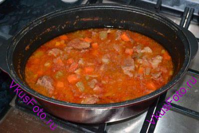 Мясо тушить в духовке при температуре 180 градусов в течении 3-х часов.