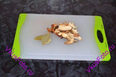 Подготовить грибы и лавровый лист.